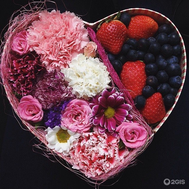 Коробка с цветами и фруктами